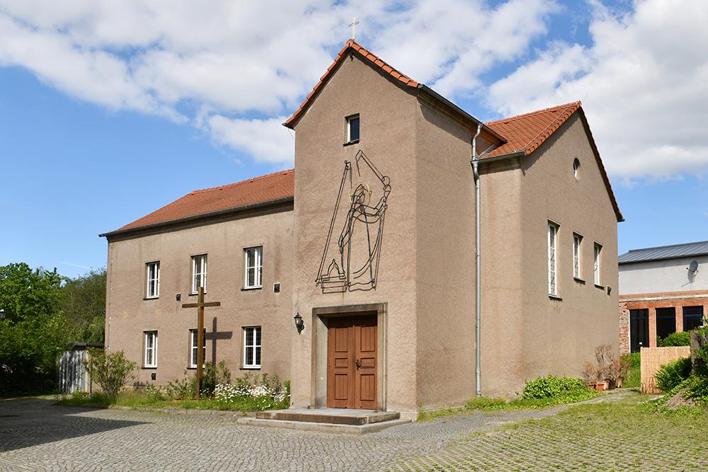 "Kirche ""St. Bonifatius"" in Herrnhut mit einer Drahtplastik des Kirchenpatrons"