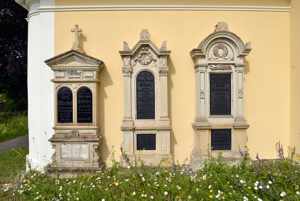 Kath. Friedhof Ostritz - alte Grabplatten