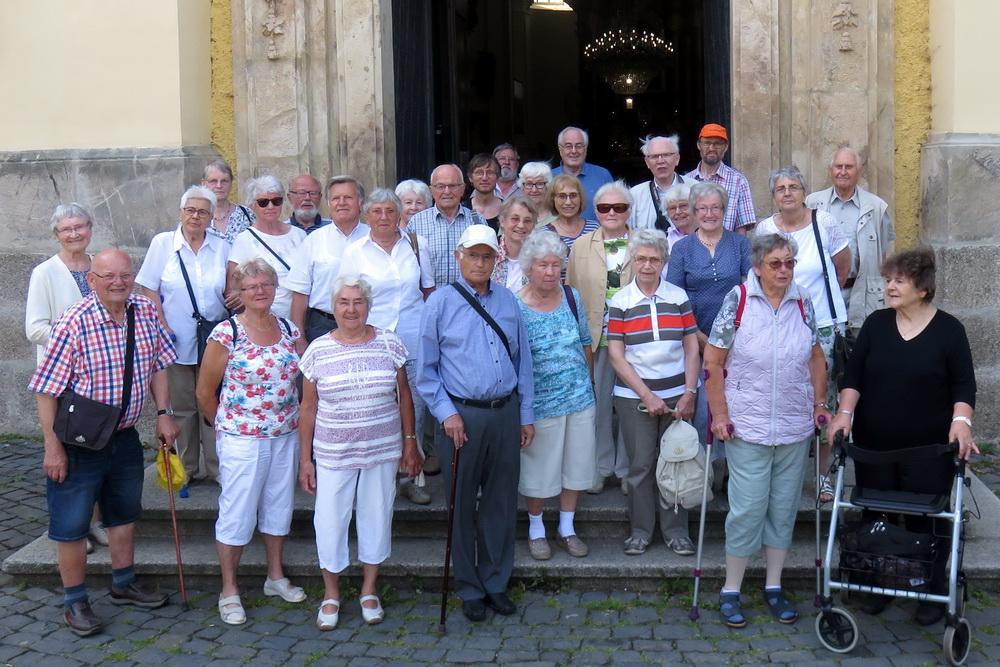Seniorengruppe Zittau vor der Basilika in Haindorf (Hejnice), Foto: Bernhard Pflug