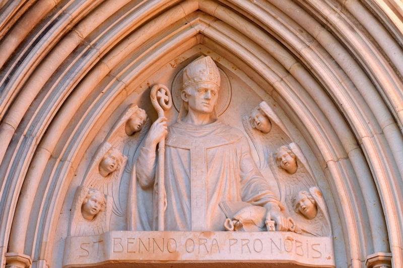 Hl. Benno von Meißen – Relief an der kath. Pfarrkirche Meißen
