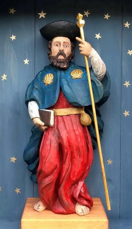 Jakobus – Holzstatue am Giebel des Pilgerhäusls Hirschfelde