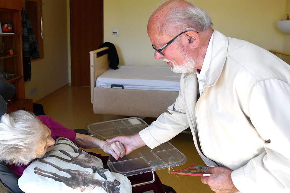 Besuchsdienst - Johannes Hajek im Pflegeheim der AWO