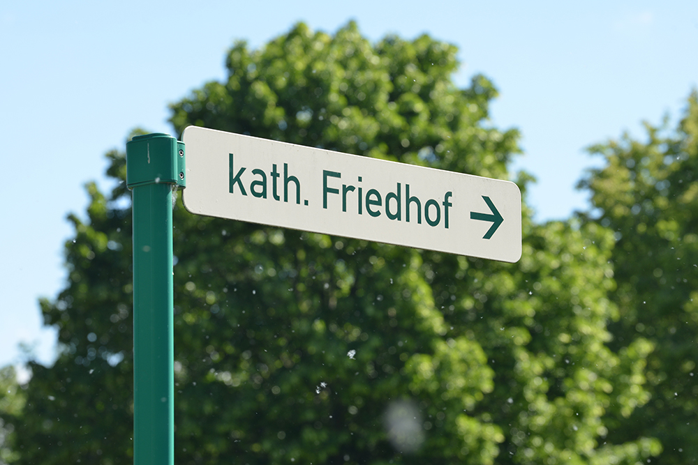 Kath. Friedhof Löbau - Wegweiser